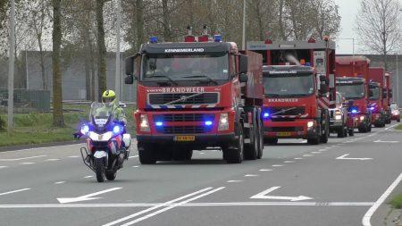 Hulpdiensten – Brandweerpeloton Met Begeleiding