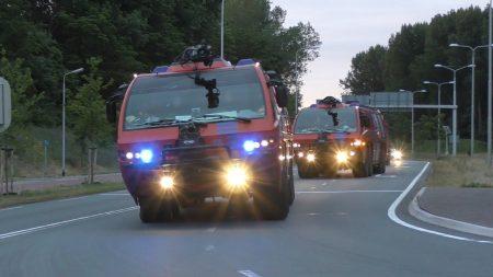 Hulpdiensten – Crashtenders Brandweer Schiphol Met Politie Begeleiding