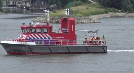 Hulpdiensten – Reddingsactie Van Vastgelopen Jacht Tegen De Waalbrug