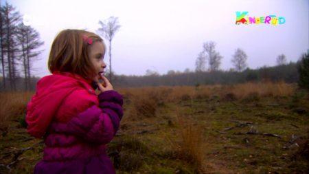 Kindertijd – Rianne En Louise Gaan In Het Bos Spelen