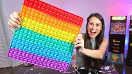 MeisjeDjamila – De Grootste Pop It Ter Wereld Uitproberen & Andere Fidget Gadgets – Fan Friday