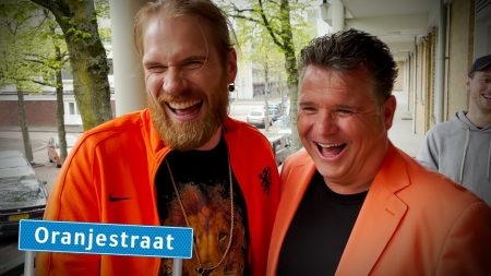 StukTV – Oranje Prank Op Wolter Kroes – Straat op Stelten