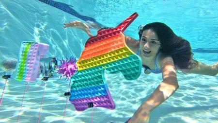 MeisjeDjamila – Duiken Naar Fidgets In Mijn Zwembad! – Fan Friday